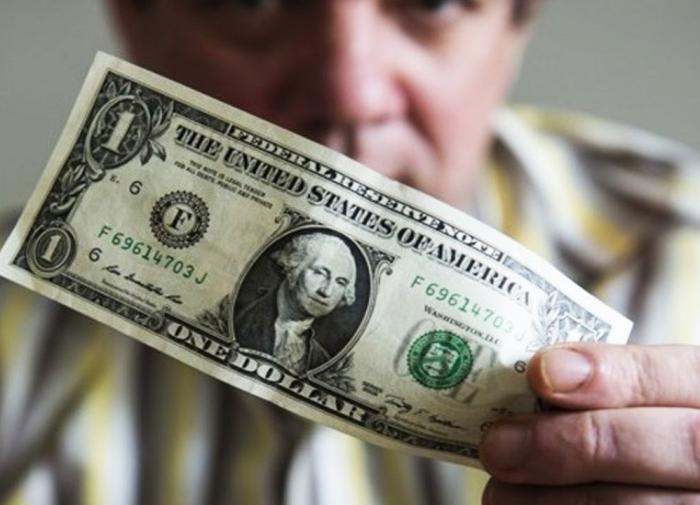Курс доллара упал ниже 71,55 рубля