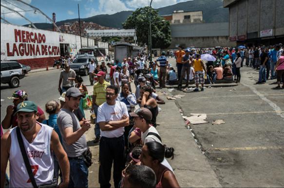 NYT: Голодные венесуэльцы штурмуют магазины под огнем полиции