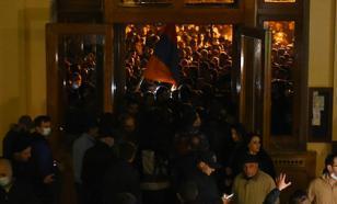 Яростный протест против мира: армяне ночью крушили парламент страны