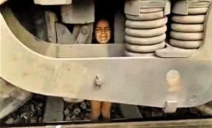 Двухлетний мальчик чудом выжил, попав под грузовой поезд в Индии