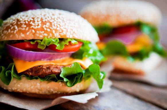 Роскачество обнаружило в мясе некоторых бургеров следы антибиотиков