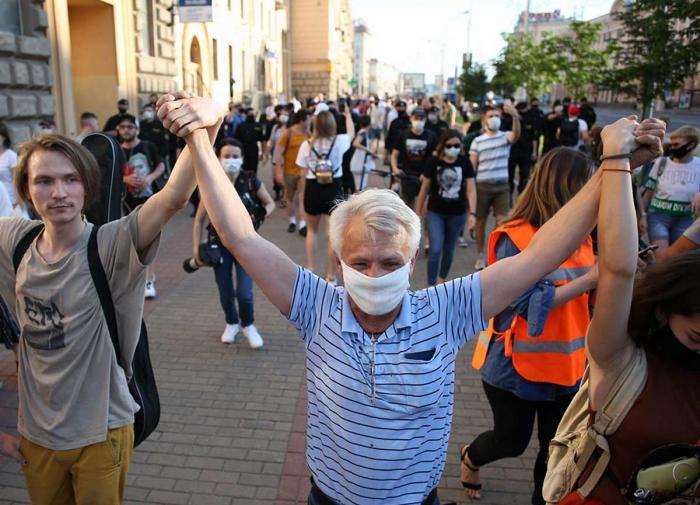 Протесты в Минске проходят у зданий государственных телеканалов