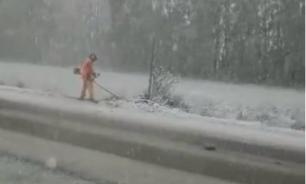 Коммунальщики Башкирии вышли на покос травы в снегопад
