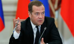 Медведев поручил производить закупку лекарств для детей