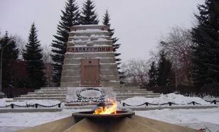 Челябинские школьницы сожгли венки в Вечном огне