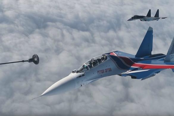 """Минобороны РФ показало, как истребителей """"кормят"""" в полете"""