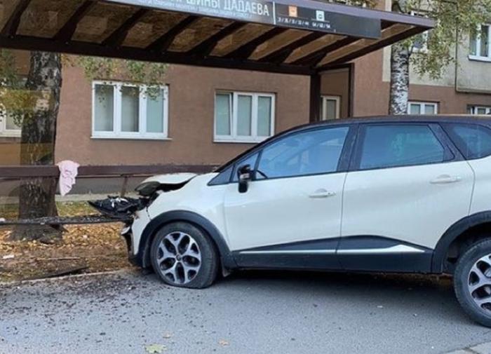 Машина сбила женщину и ребёнка на остановке в Калининграде