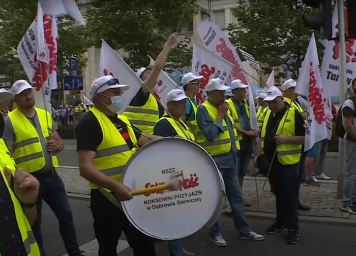 Барабаны, петарды, горны: в Варшаве протестуют шахтёры и работники ТЭК