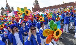 В праздничном шествии в Москве приняли участие более 100 тыс. человек