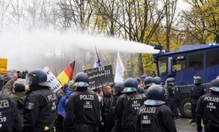 В Берлине протестующих против карантинных мер разогнали водомётами