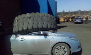 В Кузбассе колесо БеЛАЗа раздавило легковушку. ВИДЕО