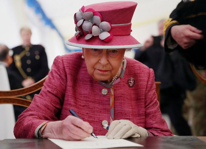 Елизавета II вышла из самоизоляции ради визита в лабораторию в Солсбери