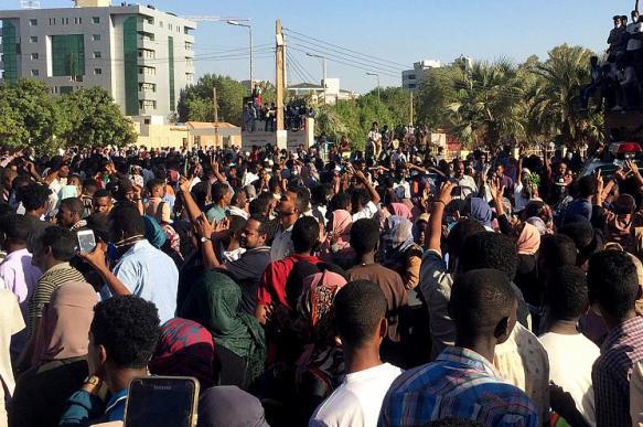 Суданские военные открыли огонь по протестующим