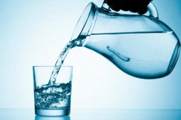 Кузбасский чиновник выпил воду с червями из-за жалоб жителей