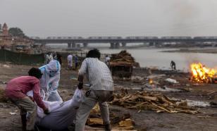 В Индии воды Ганга принесли к берегу десятки тел погибших от COVID-19