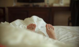 Врачи рассказали, почему ноги должны выглядывать из-под одеяла во сне
