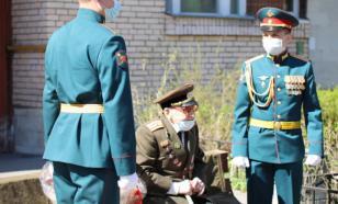 Военные провели парад у дома ветерана ВОВ в Самаре