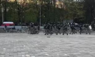 Протестующие во Владикавказе начали закидывать ОМОН камнями
