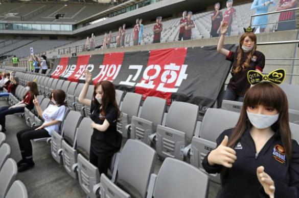 """Не играть же при пустых трибунах: в Сеуле """"зрителями"""" стали секс-куклы"""