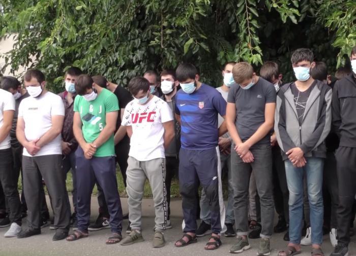 Власти Чечни вернули домой парней за
