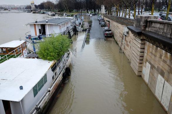 Булки не хрустят, намокли: Сена затопила Париж