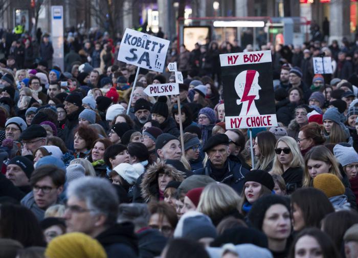 В Польше жёстко разгоняют протестующих. За них вступился мэр Варшавы