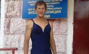 """Пьяный казахстанец устроил """"дефиле"""" в женском купальнике"""