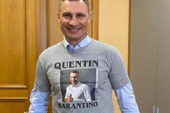 """Кличко подарили футболку с надписью """"Квентин Карантино"""""""