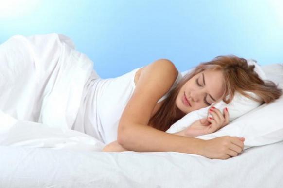 Медики: спать на левом боку полезно для здоровья и продления жизни