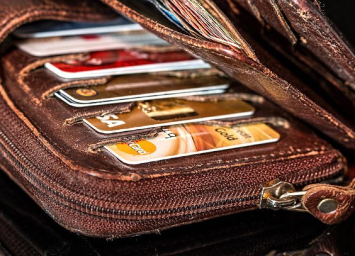 Наличие нескольких банковских карт бывает невыгодно, считает аналитик