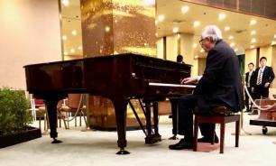 Глава Еврокомиссии сыграл на рояле в Осаке