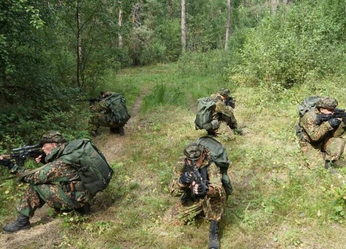 В лесу под Могилёвом появились партизаны с украинской символикой