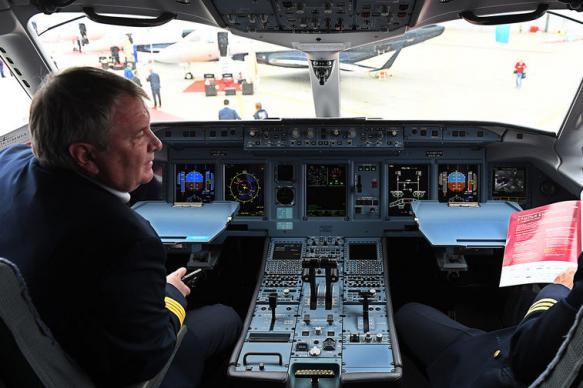 Во Владивостоке благополучно приземлился лайнер SSJ-100 с трещиной в лобовом стекле