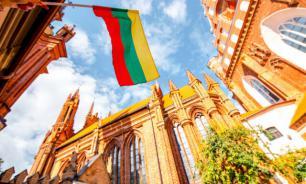 В Литве сняли памятную доску поэтессе из-за подозрений в связях с КГБ