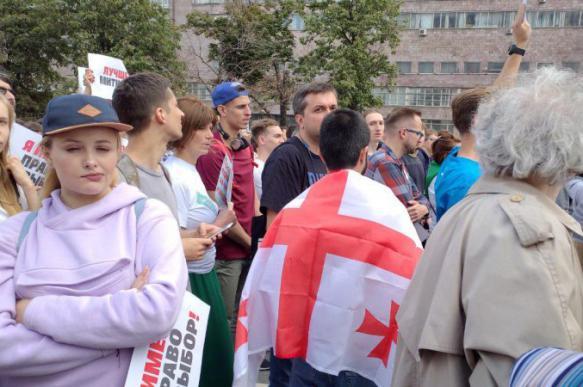Оппозиция согнала на Сахарова людей с украинскими и грузинскими флагами