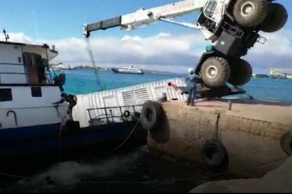 Упавший погрузочный кран утопил баржу с нефтью на Галапагосах