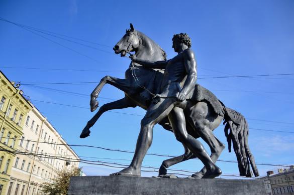В Петербурге вандалы повредили скульптуру коня на Аничковом мосту