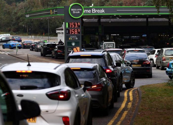 Паника сохраняется: британские военные начали доставлять топливо на заправки