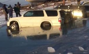 Во Владивостоке два десятка автомобилей провалились под лёд