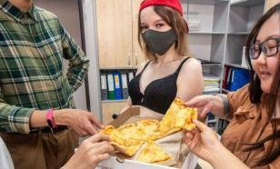 Якутские стриптизерши начали развозить пиццу