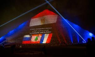 Великие пирамиды окрасились в цвета Франции, России и Ливана