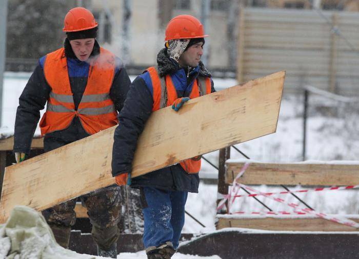 Мигрантов нет, а россияне не хотят работать на стройках