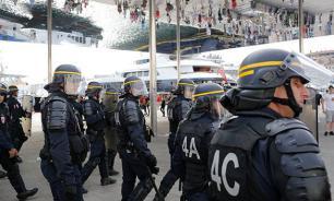Украинских фанатов укротили водометами. ВИДЕО