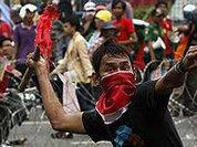 Жители Джакарты забросали полицейских камнями