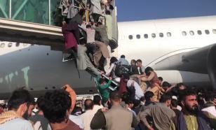 Афганцы штурмуют аэропорт, пытаясь улететь - их разгоняют выстрелами в воздух