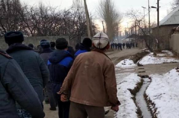 Киргизское село эвакуировали из-за стычки на границе с Таджикистаном