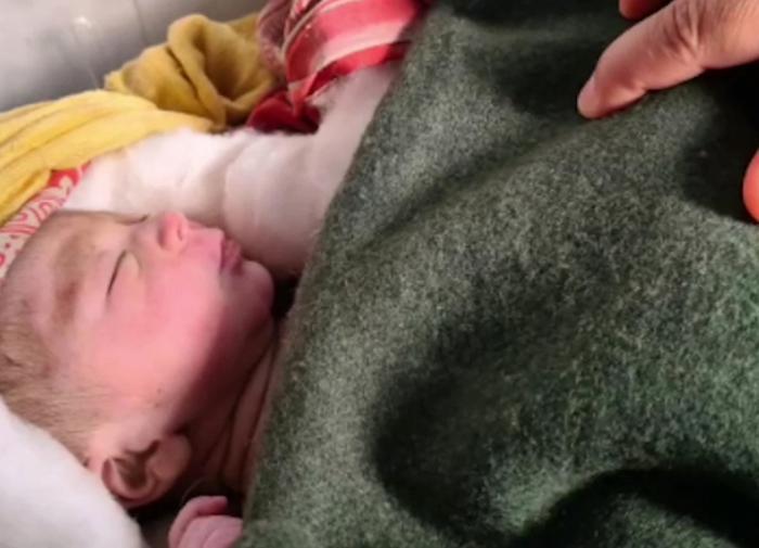 В Индии спасён заживо похороненный на поле младенец