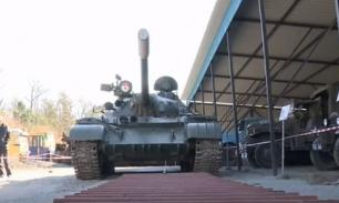 """Россиянин """"подвинул"""" 37-тонный танк более чем на метр. Видео"""