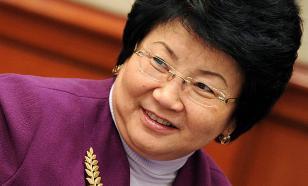 Экс-президент Кыргызстана призвала дарить цветы не ей, а медикам