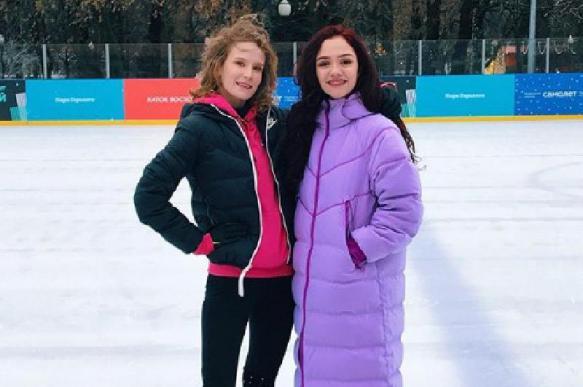 Медведева и певица Монеточка покатались на коньках в Парке Горького